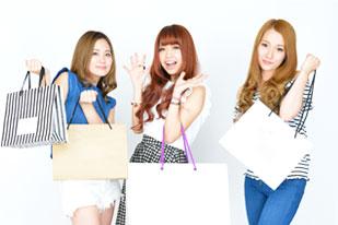 買い物袋をもった女の子3人