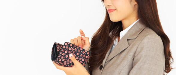 お財布を見てにやける女性