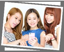 女の子達が一緒にスマホを見ている写真