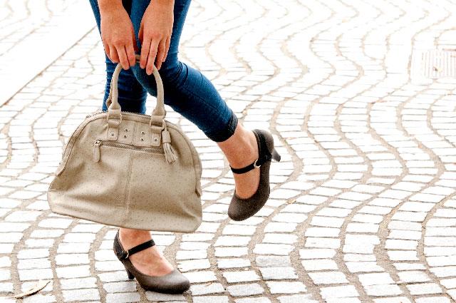 バッグを持っている女性の足元