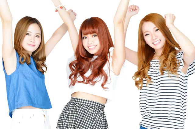 ガッツポーズをしている3人の女の子